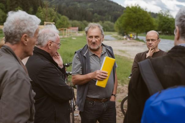 Der Vorstand des Bürgervereins auf Exkursion an der Renaturierten Dreisam. Von links nach rechts: Wilfried Nagel, Hans Lehman, Lothar Mülhaupt, Wulf Westermann, Karl-Ernst Friederich