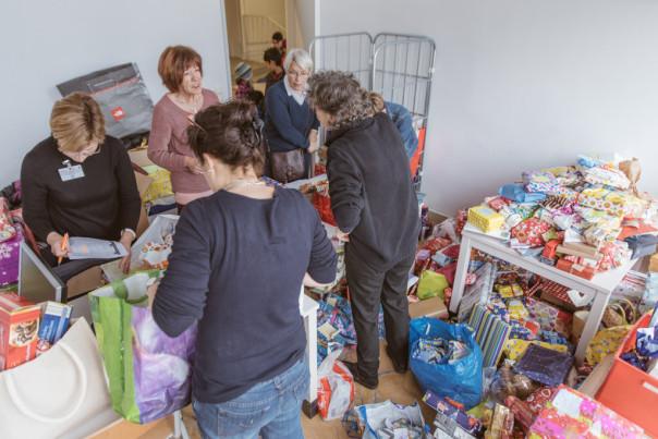 Die Geschenke werden vorbereitet um auf die Zimmer verteilt werden können.