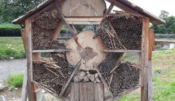 Mutwillig zerstörtes Insektenhotel