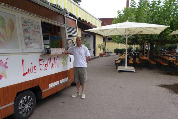 Ungewohnter Standort: Luis Salgado vor seinem Eismobil vor dem Start des Dreisamhocks im Ganter Hausbiergarten Foto: Lehmann